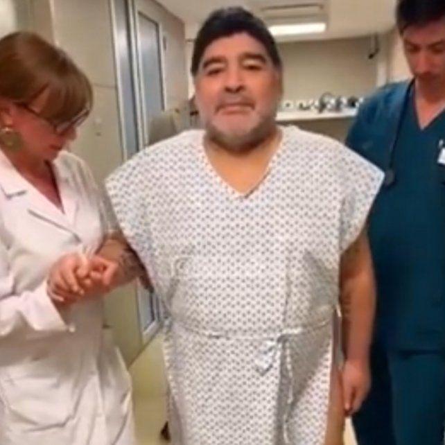 Maradona volvió a caminar tras la operación de rodilla