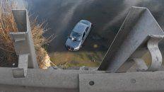 El auto fue a parar al arroyo tras romper el guardarrail.