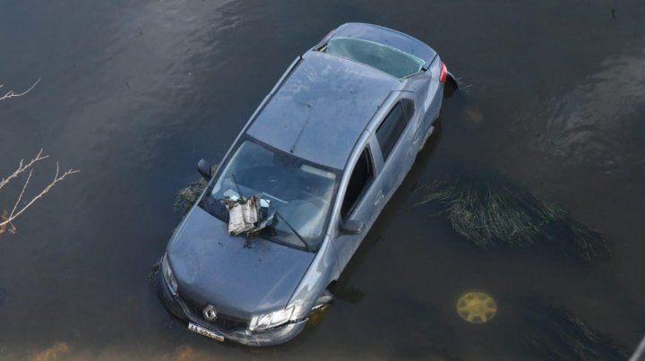 Un auto cayó desde un puente al arroyo Saladillo