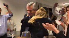 Alberto Fernández se emociona cuando ve que Mauricio Macri reconoce la derrota.