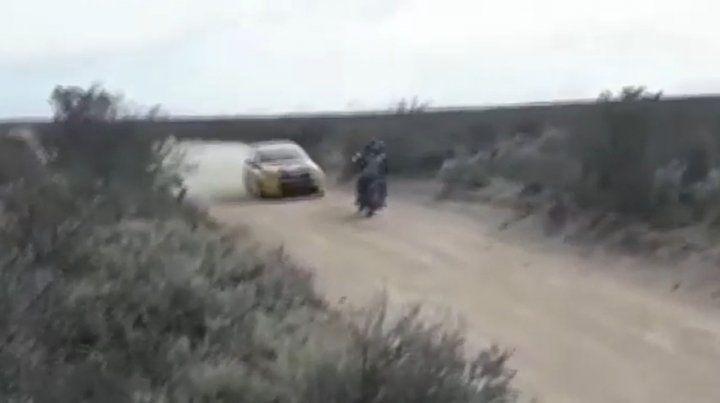 Video: en pleno rally un auto atropella a una moto en una curva