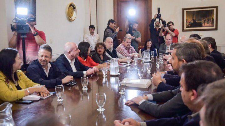 Los representantes gremiales y lo funcionarios en la reunión de hoy.