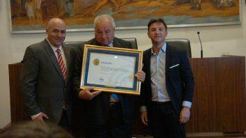 El presidente del Concejo Municipal de Santa Fe, Sebastián Pignatta (der.) y el edil Lucas Maguid, flanquean al ministro de la Corte Rafael Gutiérrez.