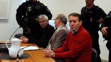 Valdés, de cabello con canas, junto a su abogado y a Higinio Bellagio, su segundo en Santa Fe.