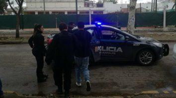 A prisión. Los jóvenes son subidos al móvil policial a la salida de la audiencia imputativa en Casilda.