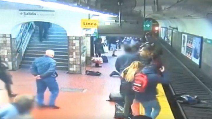 Un hombre se desmayó y empujó a una mujer a las vías del subte