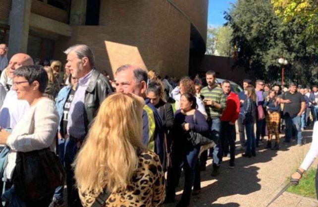 Largas colas de argentinos en el consulado ubicado en Madrid.