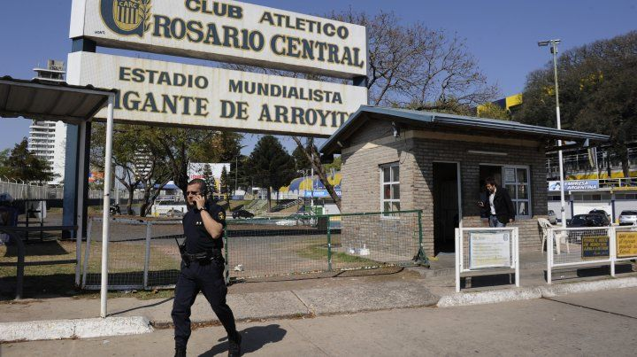 La charla entre miembros de la barra brava canalla y el plantel tuvo lugar en una sala del estadio de Arroyito.