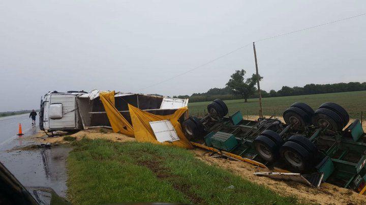 El camión quedó volcado sobre un zanjón.