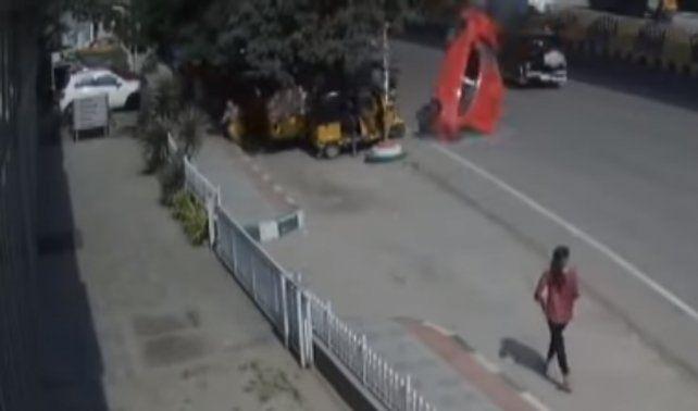 Un video muestra cómo un auto sale volando y cae sobre la gente