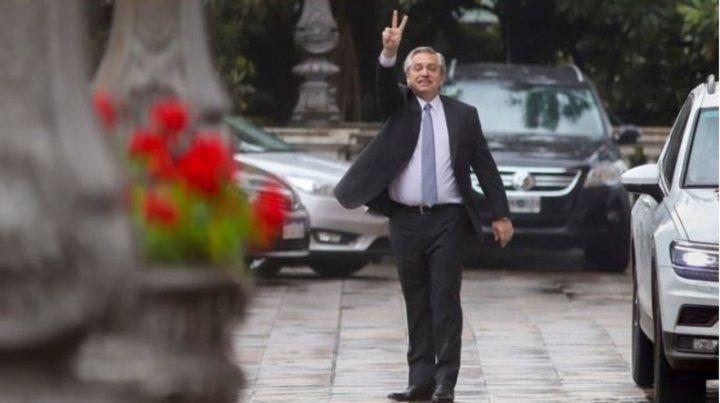 Cerca. Alberto tras reunirse con Macri