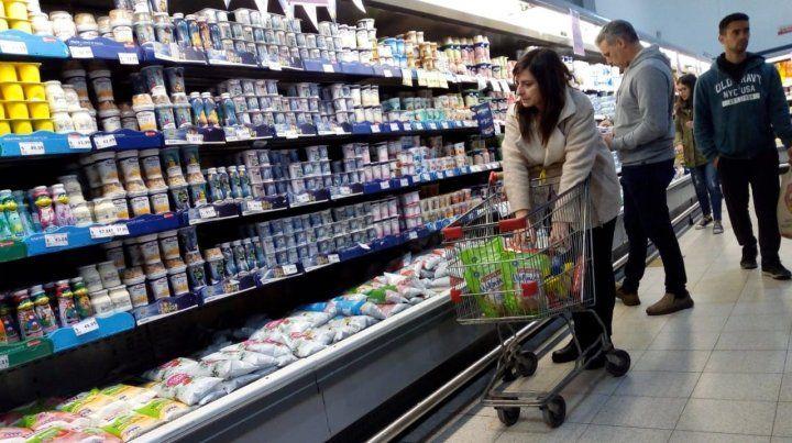 En picada. El consumo repitió su caída en medio de un escenario de alta inflación y devaluación.