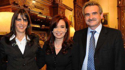 María Eugenia Bielsa y Agustín Rossi, junto a la vicepresidenta Cristina Fernández de Kirchner. María Eugenia será ministra de Hábitat y Rossi volverá a estar en la cartera de Defensa.