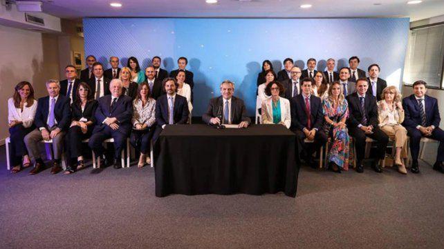 El presidente electo Alberto Fernández junto a los miembros de su gabinete.