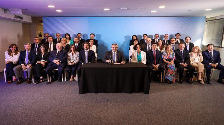 Alberto Fernández posa junto a su futuro gabinete. Salvo en Economía