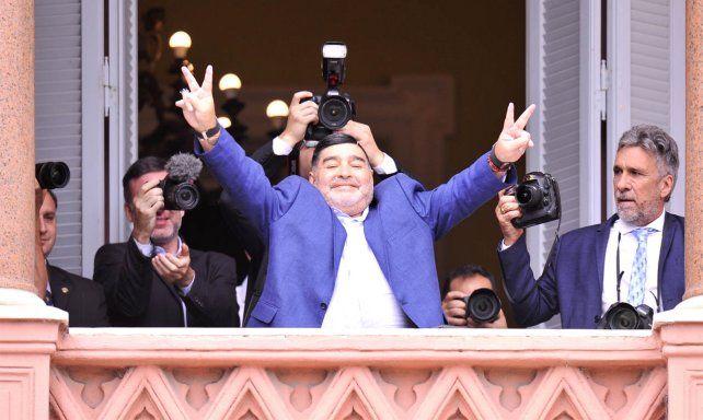 Maradona se reunió con Fernández y salió a saludar al balcón de la Rosada