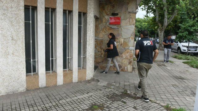 Personal de Investigaciones en la oficina que depende del Ministerio de Seguridad.