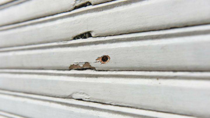El proyectil impactó en la persiana de madera y rompió un vidrio de la ventana.