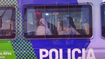 Los jóvenes rugbiers fueron trasladados por la policía a su lugar de detención.