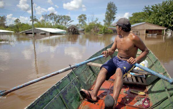 Al rescate. Quienes tienen embarcaciones se ponen a disposición de sus vecinos para rescatar lo que se pueda.