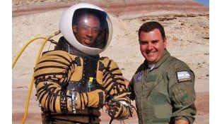 Cabo Cañaveral. El ingeniero Pablo de León junto a uno de los astronautas que probó el traje NDX-1.