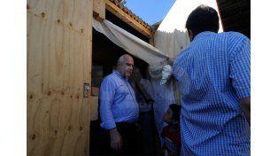 Recorrida. El gobernador estuvo ayer por la tarde visitando a los evacuados de Colastiné Sur. UNO de Santa Fe/Mauricio Centurión