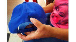 Los familiares de Melina sostienen la gorra que llevaba puesta al momento de recibir el balazo. / Diario UNO Santa Fe