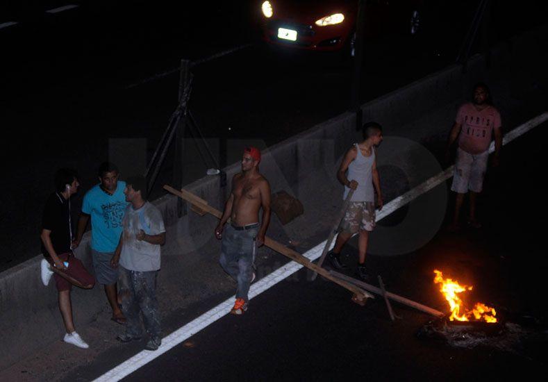 Los vecinos exigieron una bomba y bolsas de arena para impedir que se inunde el barrio.