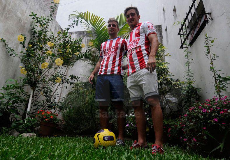 Bruno y Mauro Pittón con las camisetas que debutaron en Primera