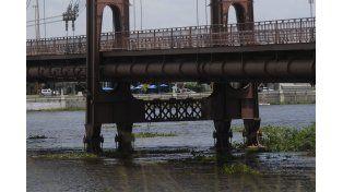 El agua ya tapó los pilotes del Puente Colgante en la Setúbal