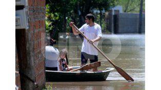 Es muy común ver a las canoas llevar y traer a los vecinos y sus familias a zonas más altas.