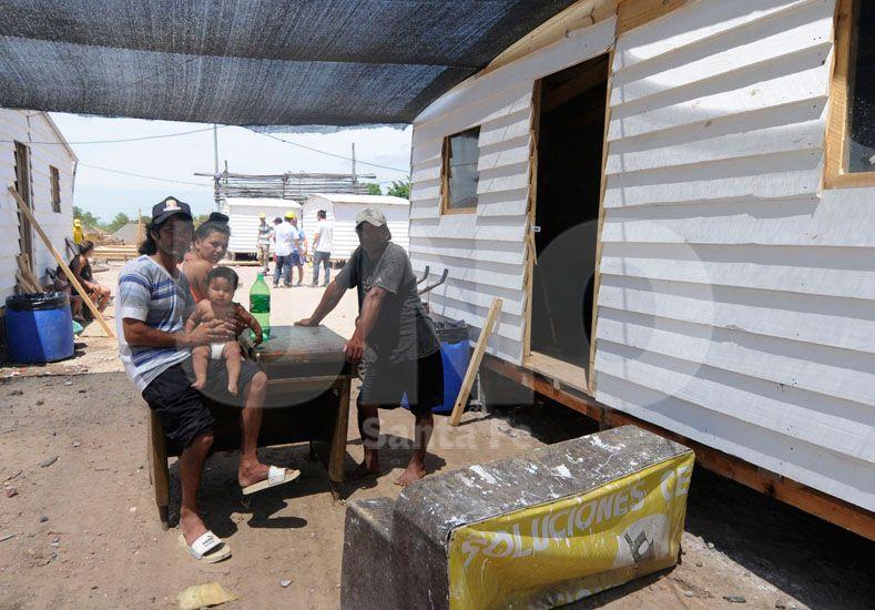 Las primeras familias evacuadas ya se instalaron en las casillas de madera.