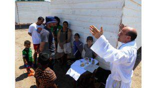 Un sacerdote ofició una misa este sábado en el asentamiento donde están los evacuados.