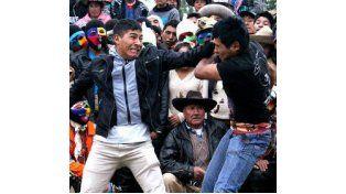 Las peleas duran un promedio de tres minutos y culmina con un abrazo entre los contendientes.