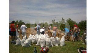 Voluntarios del partido justicialista trabajando en Colastiné Sur