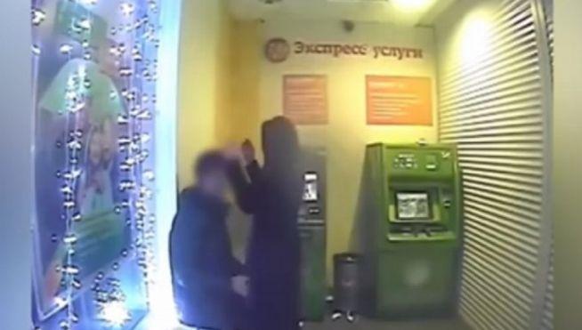 Los filmaron teniendo sexo en el cajero automático