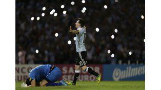 Lionel Messi fue el centro de atracción en el Mario Alberto Kempes de Córdoba y anotó de penal el segundo tanto / Foto: AP
