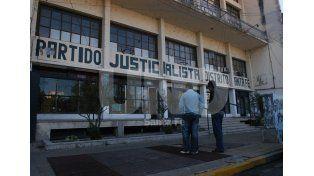Normalización. El partido le debe meses de sueldos a los trabajadores y tiene su sede prácticamente cerrada / Foto: José Busiemi - Uno Santa Fe