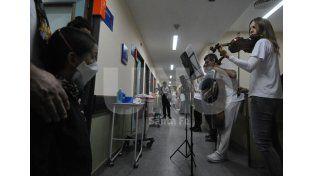 En los pasillos. La visita de los músicos en el hospital Alassia fue muy bien recibida por todos los pacientitos / Foto: Mauricio Centurión - Uno Santa Fe