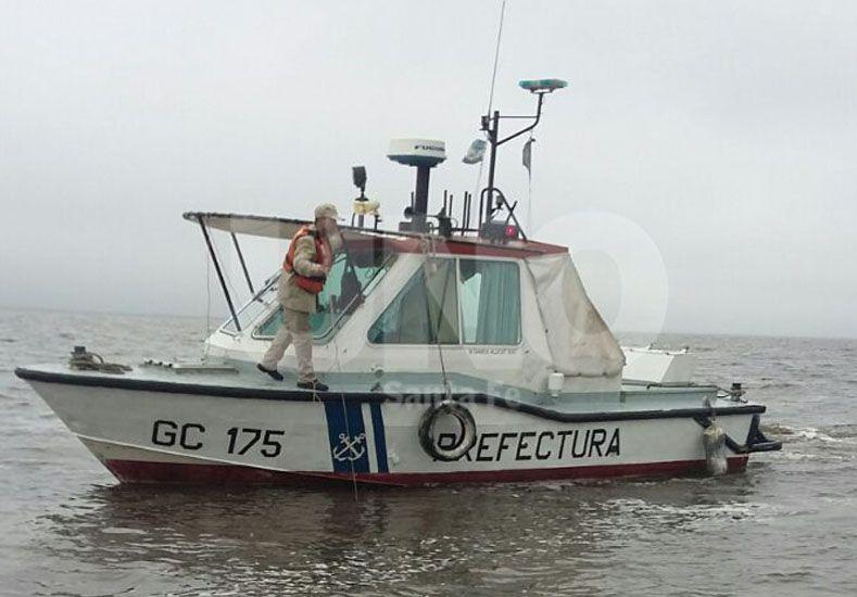 En medio de la lluvia. La Prefectura Naval Argentina de Santa Fe busca a los dos desaparecidos.