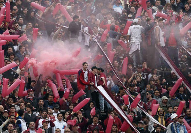 Emotivo aplauso de los hinchas de Lanús en recuerdo de Diego Barisone