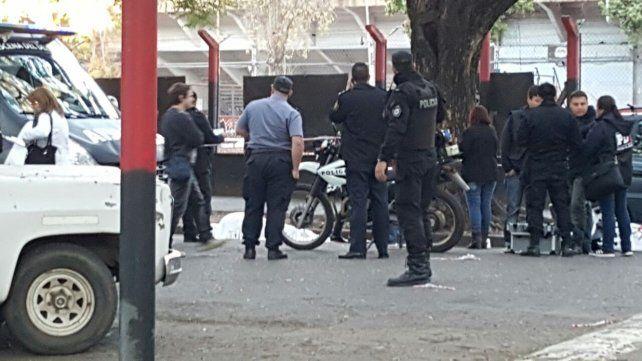 Asesinan de un disparo en la cabeza a uno de los líderes de la barra de Newells frente al estadio