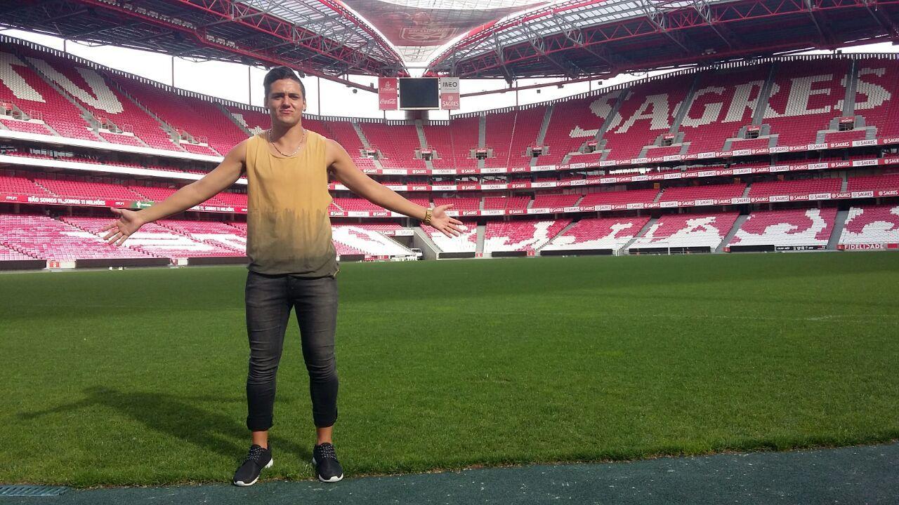 Un bellísimo estadio. El atacante paranaense Facundo Retamar posa en la cancha del Benfica de Portugal.