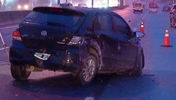 Se le quedó el auto, se bajó para recibir ayuda, lo atropellaron y murió
