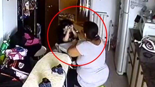 Quedó detenida la niñera que fue filmada cuando golpeaba a un bebé