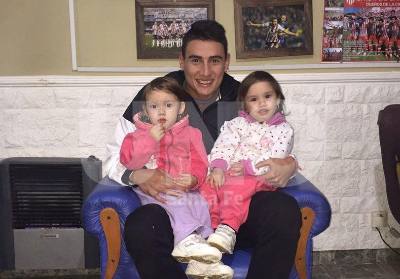 Martínez disfruta en Santo Tomé con los suyos y rodeado de la familia. En la foto con sus sobrinas Catalina y Emma.