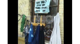 Ingenio solidario: un perchero social en Bº Roma para los que menos tienen