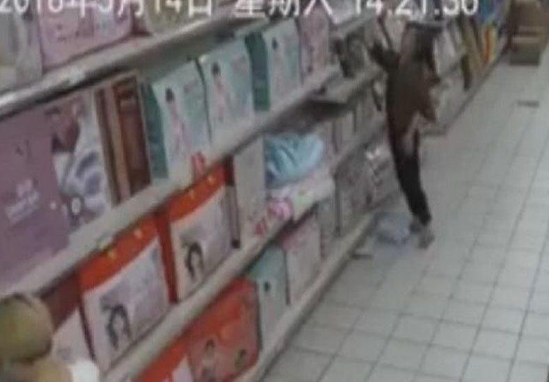 Una  mujer poseída genera pánico en un supermercado