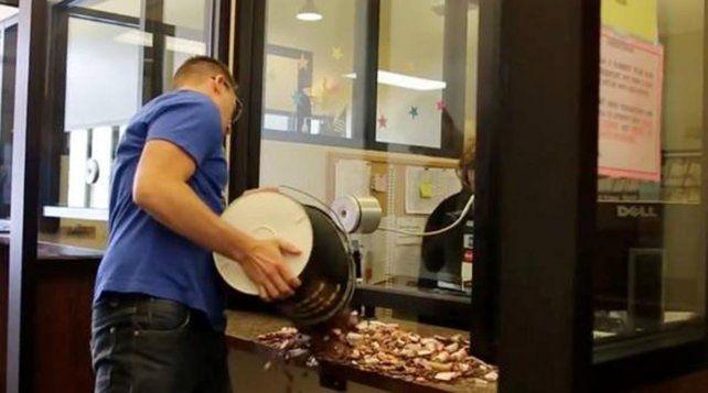 Enojado por una multa, la pagó con dos baldes llenos de monedas