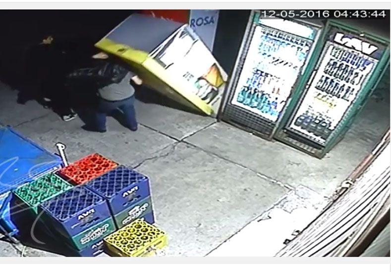 Una cámara registró a ladrones que quisieron robar cervezas y se les cayó la heladera encima
